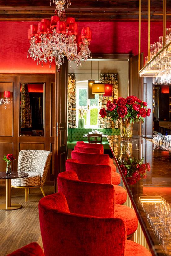Barbereich mit Thresen, Barhockern und Kristallluster im Hotel Knappenhof