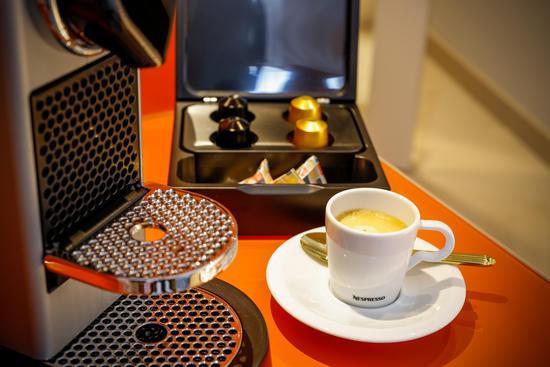 Nespresso-Kaffeemaschine in jedem Zimmer