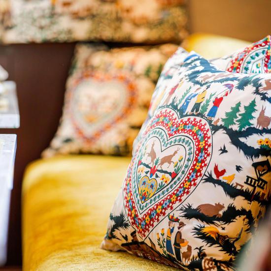 Detailaufnahme farbenfrohes Kissen auf der Sitzbank im Restauranbereich