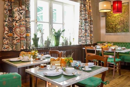 Gedeckter Frühstückstisch im Restaurant Knappenhof